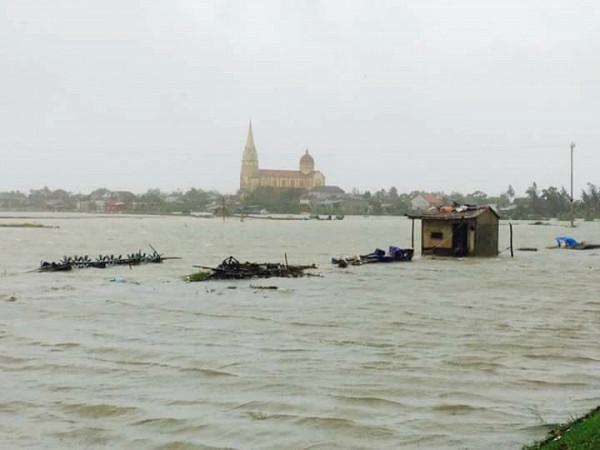 Các hồ nuôi tôm của bà con giáo xứ Quèn Đông bị nước tràn vào mất trắng