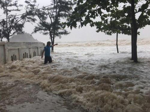 Nước biển tràn vào khu dân cư.