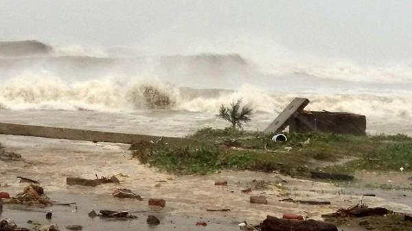 Sóng lớn tại biển Cửa Lò.