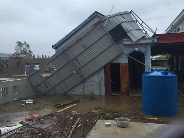Mái nhà bị đổ nghiêng