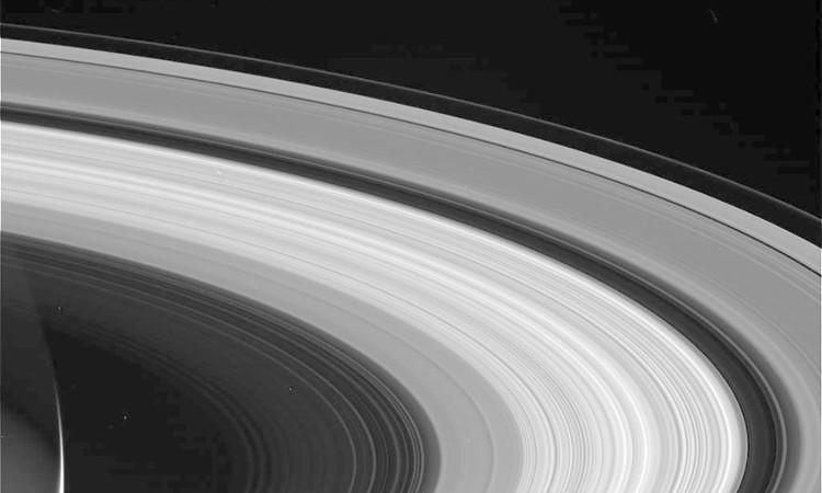 Một góc sao Thổ cùng những vành đai trải rộng ngoài không gian được tàu Cassini chụp lại.
