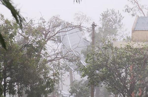 Mái tôn hội trường đồn biên phòng Roòn bị tốc.