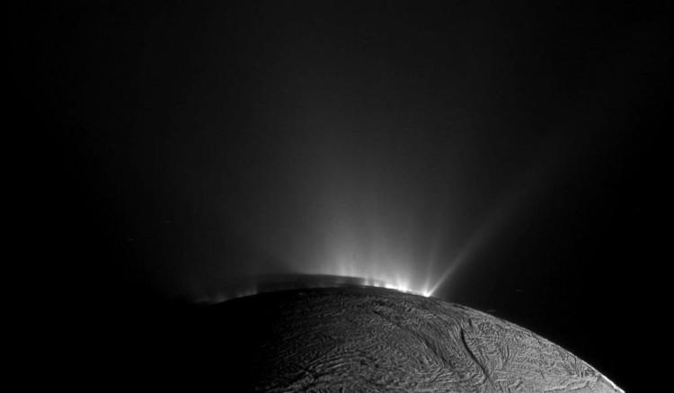 Hình ảnh được chụp cuối tháng 11/2010 với phần bóng của vệ tinh Enceladus ngả xuống phía dưới.
