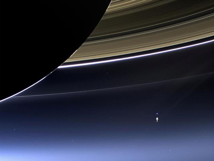 Một trong những hình ảnh hiếm hoi nhất ghi lại hình ảnh của Sao Thổ, vành đai phát sáng và Trái Đất.