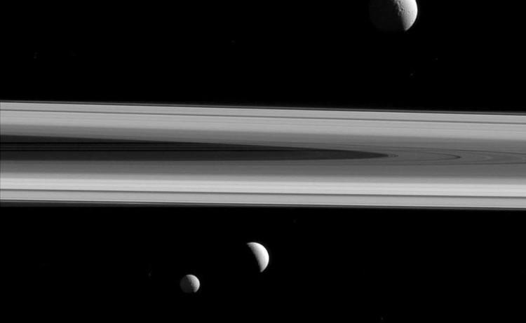 3 vệ tinh của Sao Thổ cùng xuất hiện trong một bức ảnh.