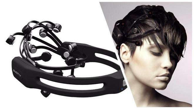 Thiết bị Emotiv EEG đọc tín hiệu sóng não.