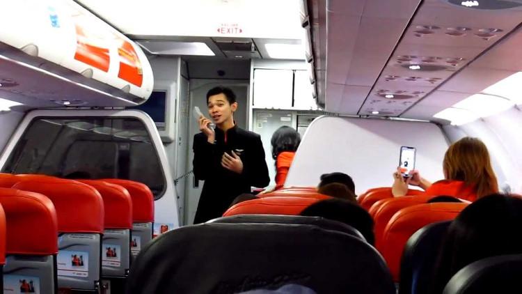 Thỉnh thoảng, các tiếp viên nhận được những yêu cầu thông báo quái đản trên máy bay.