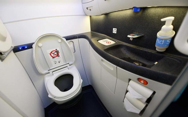 Toilet trên máy bay