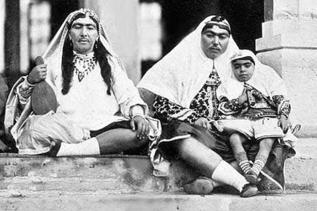 Anis al-Doleh (phải) - tri kỷ của đức vua.