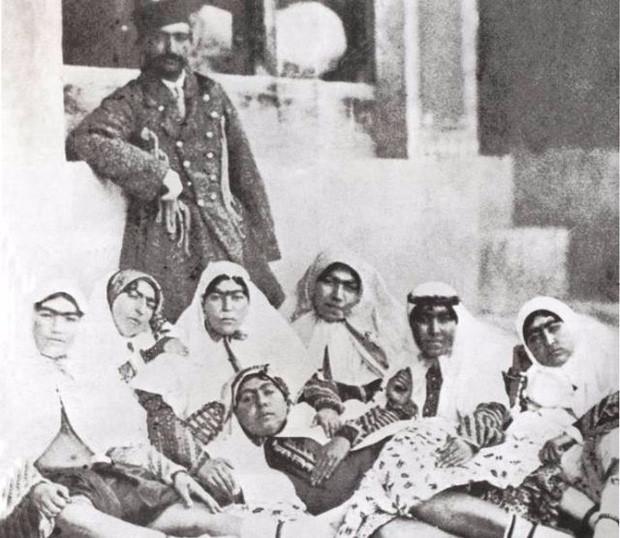 Một phần trong hậu cung trăm người của shah Nasser al-Din.