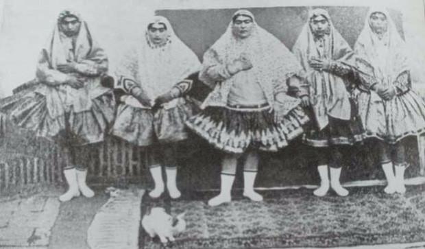 """Đội hậu cung luôn mặc một chiếc váy có mẫu khá kỳ lạ, được gọi là """"shaliteh""""."""