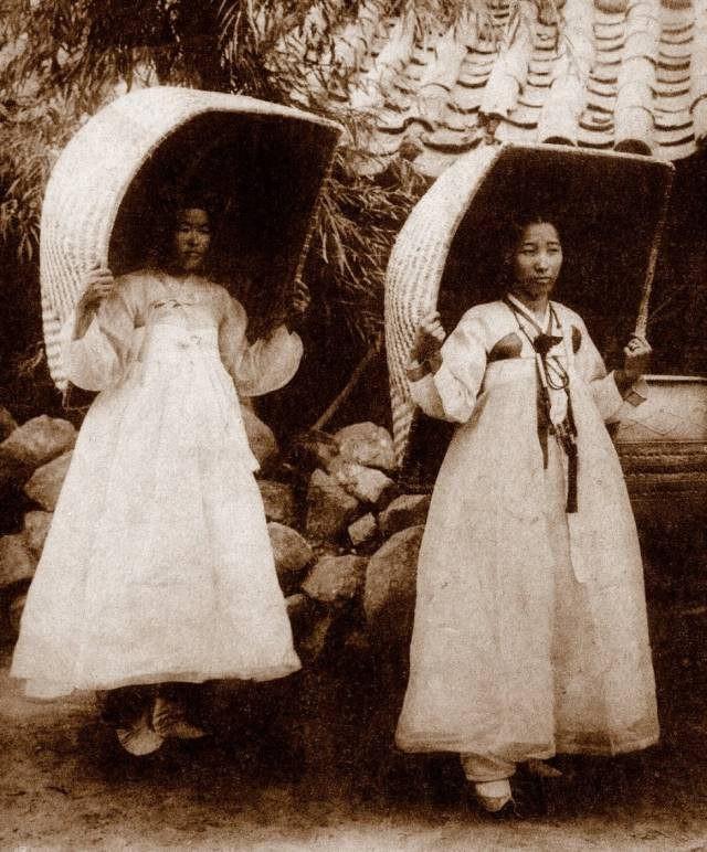 """Hai phụ nữ Triều Tiên và chiếc thúng được xem là phụ kiện """"hot"""" thời xưa tại Seoul."""