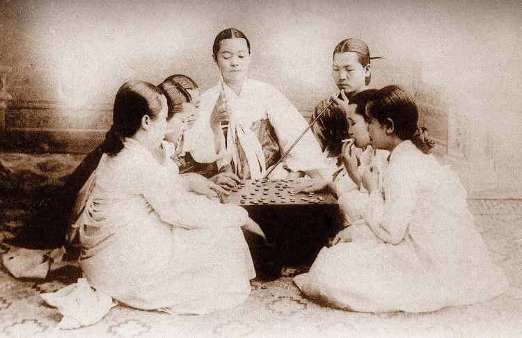 Những người bạn hút thuốc và chơi bài tại một địa điểm chưa xác định ở Triều Tiên năm 1900.