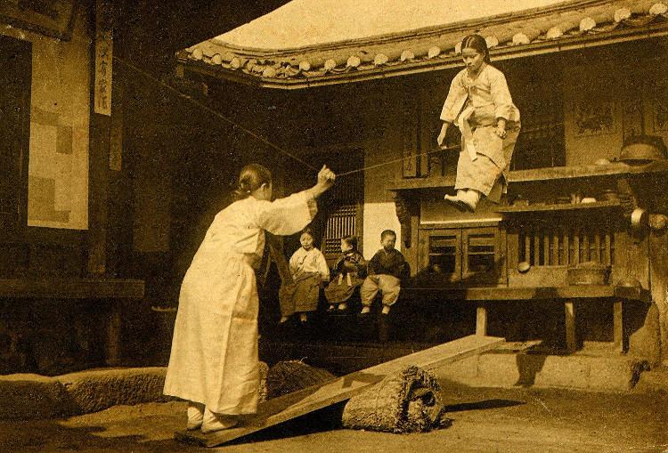Một cô gái trẻ chơi trò mạo hiểm Neolttwifi tại một địa điểm chưa xác định năm 1905.