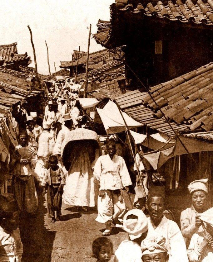 """Một phụ nữ Triều Tiên mặc trang phục được cho là """"mốt"""" thời xưa và đi dạo trên một con phố đông đúc ở Bình Nhưỡng."""