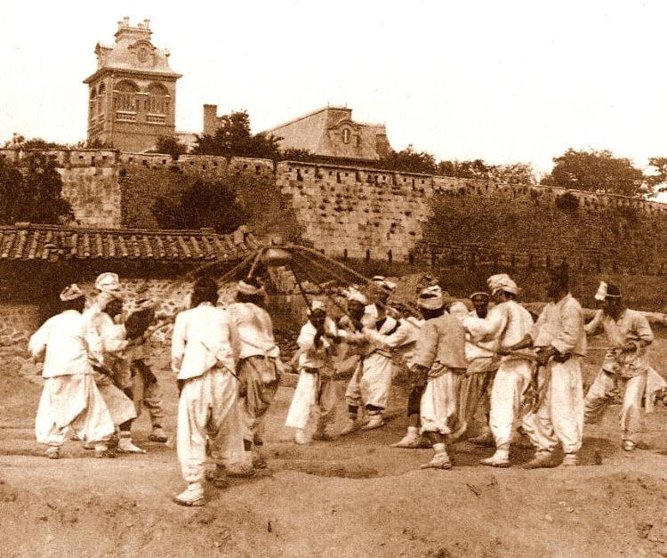 Những người Triều Tiên đang xây dựng một bưu điện mới năm 1903. Đằng xa là tòa đại sứ của Pháp.