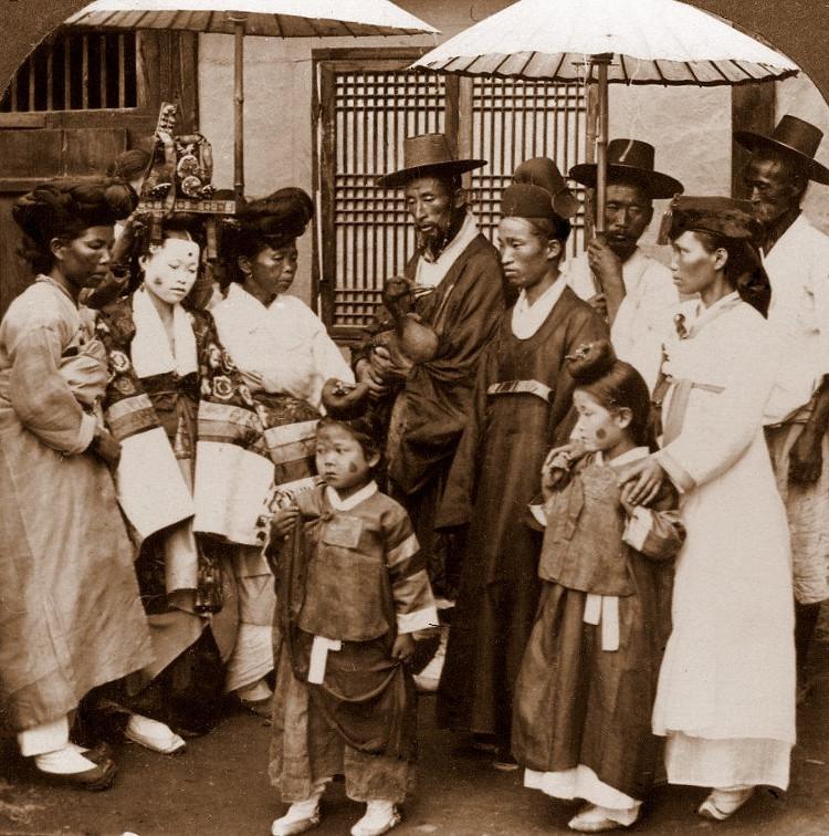 Bức ảnh này chụp những quan khách dự một đám cưới ở Seoul vào năm 1900.