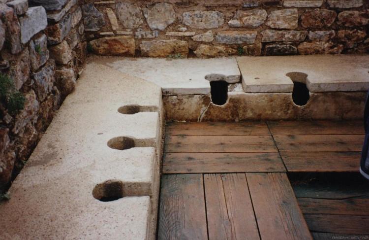 """Dãy """"bồn cầu vệ sinh"""" của người La Mã cổ không có nắp đậy."""