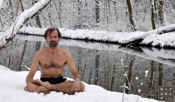 Người đàn ông mặc quần đùi leo đỉnh Everest.