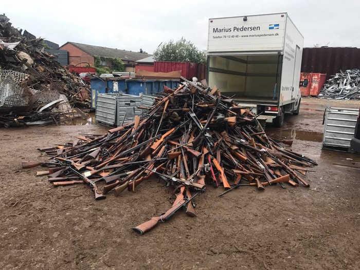 Vũ khí bị cảnh sát thu giữ được đưa tới bãi tiêu hủy của Munks Produkt bằng xe tải.