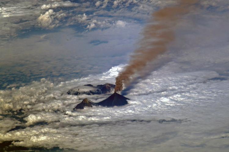 Vệt khói dài hàng trăm km.