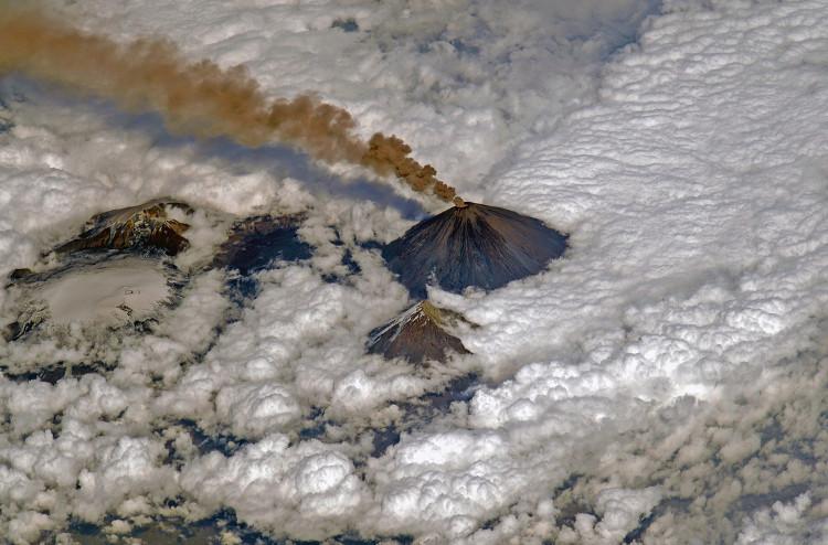 """Ngọn núi Klyuchevskaya Sopka """"chọc"""" lên cả đám mây."""
