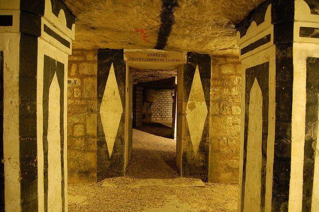 """Cổng chính của hầm mộ với dòng chữ: """"Dừng lại, đây là vương quốc của người chết!"""""""