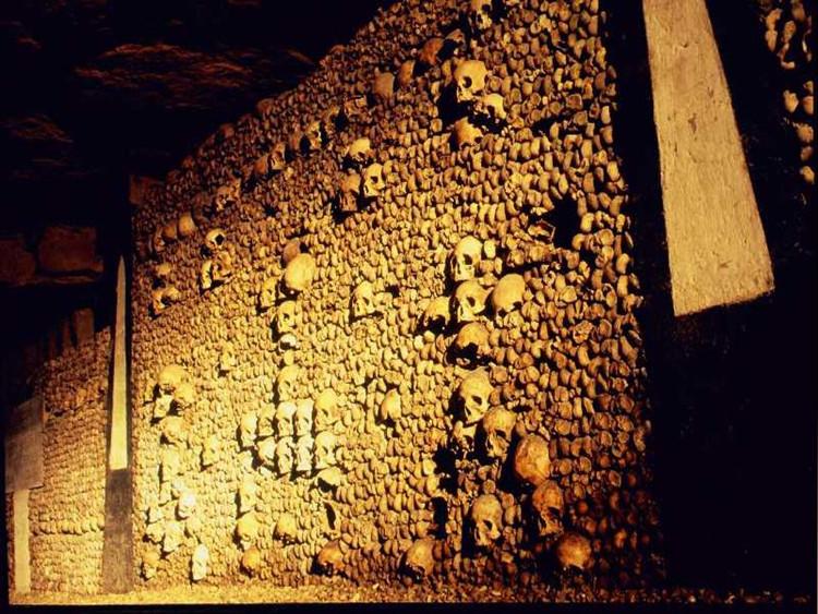 Họ trang trí căn hầm bằng việc xếp xương người và chạm khắc những thành phố thu nhỏ lên đá.