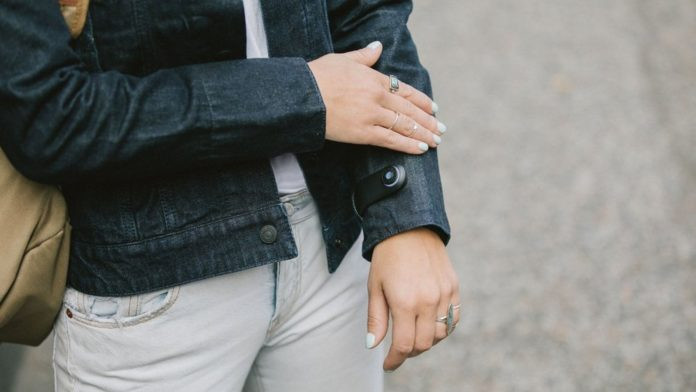 Người dùng thao tác trực tiếp trên cổ tay áo và Jacquard sẽ bắt những cử động này.