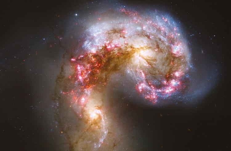 Kính viễn vọng Không gian Hubble quan sát một cảnh hai hệ sao va chạm.