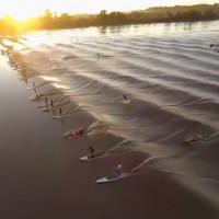 Video: Sóng triều ào ạt xô ngã người ở cửa sông
