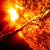 Bề mặt Mặt trời với lõi Trái đất, cái nào nóng hơn?