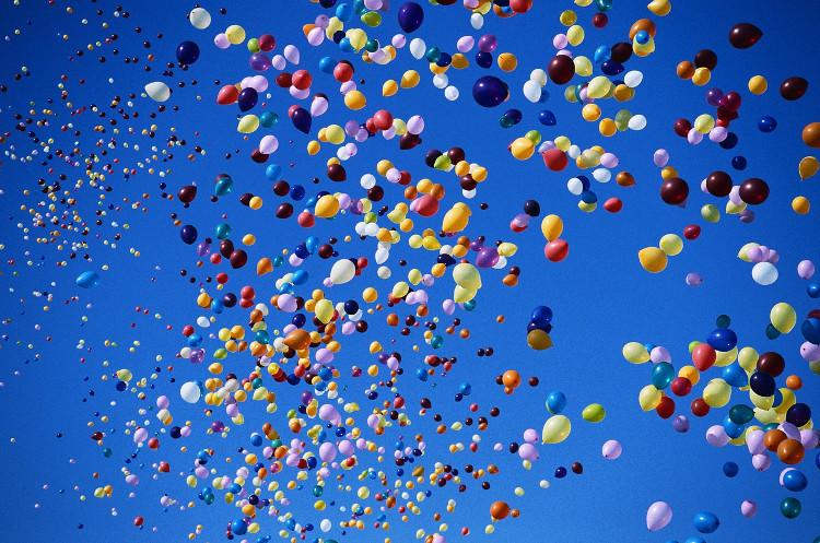 Người ta bơm khí hydro vào bóng bay, mà hydro lại nhẹ hơn không khí nên quả bóng bay lên được.