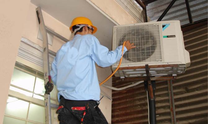 Ống thoát nước bị vỡ là một trong những nguyên nhân thường gặp khiến cục nóng điều hòa chảy nước.