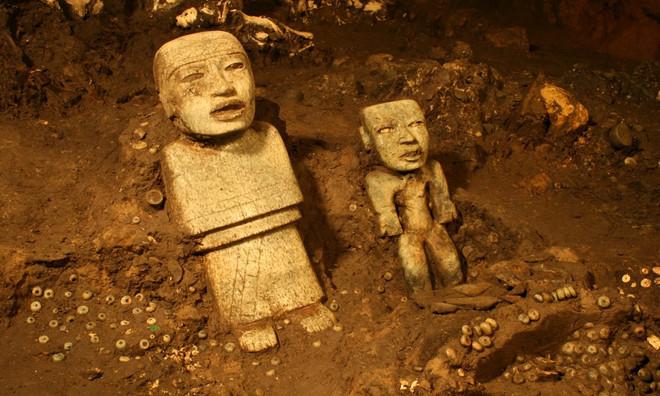 Bị chôn vùi sau 1800 năm, nay 2 bức tượng người đã được phát hiện trong đường hầm.