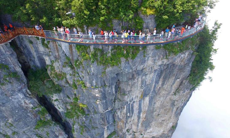 Một cây cầu kính bên vách núi của Trung Quốc.