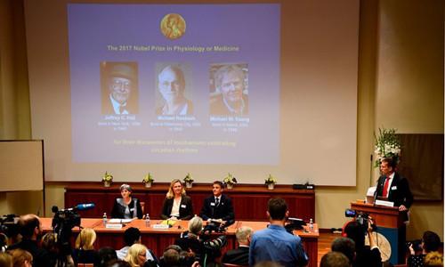 Khoảnh khắc hội đồng công bố giải Nobel Y học 2017.