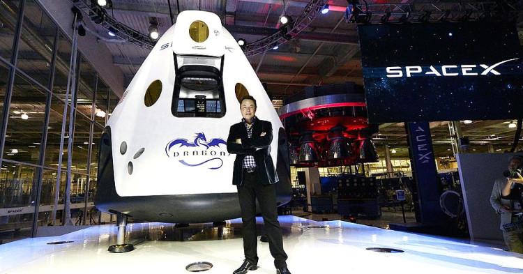 Elon Musk bên cạnh tàu vận tải Dragon.