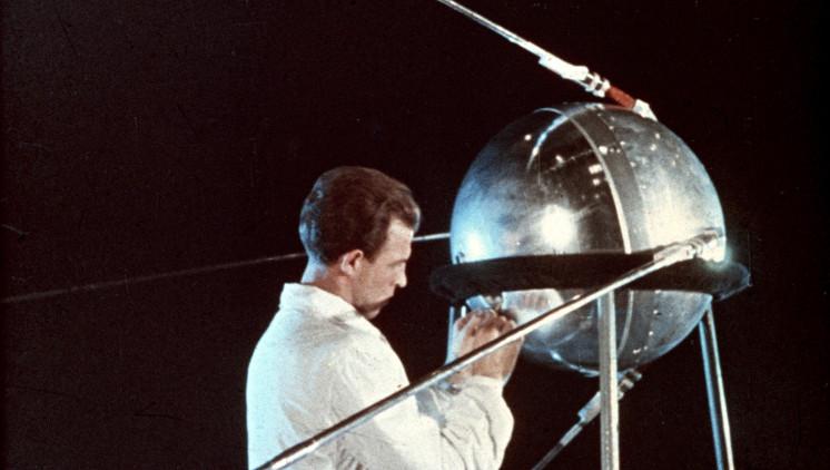 Một kỹ sư của Liên Xô đang chỉnh sửa chi tiết cuối cùng của Sputkik 1 vào mùa thu năm 1957
