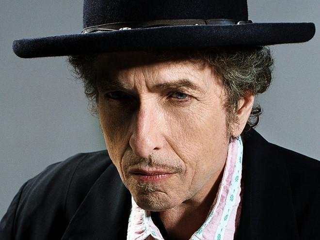 Nhạc sĩ, ca sĩ Bob Dylan nhận giải Nobel văn học thổi bùng lên tranh luận về giải thưởng.