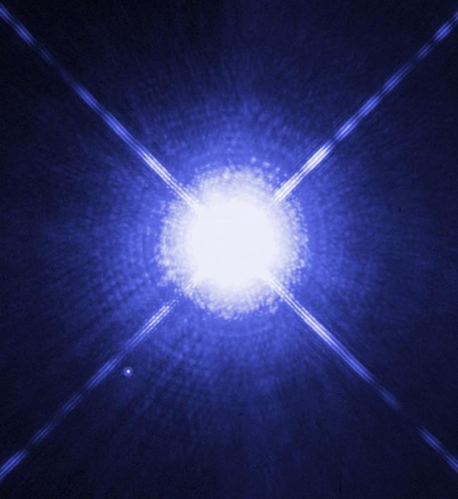 Sirius B, một sao lùn trắng, có thể thấy là một chấm mờ phía dưới bên trái cạnh sao Sirius A sáng hơn rất nhiều.