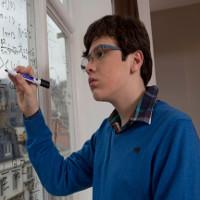 Từ cậu bé tự kỷ trở thành thần đồng Vật lý sở hữu IQ 170