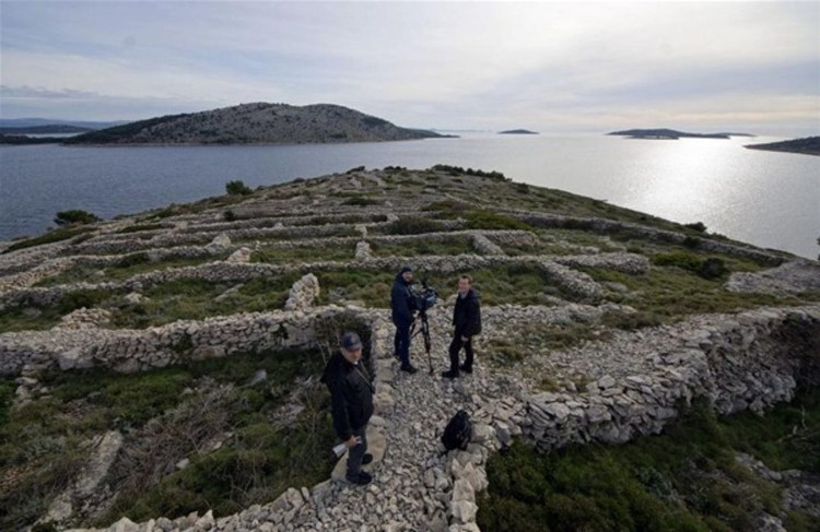 Thực chất đây là những bờ đá do người nông dân Croatia đắp lên.