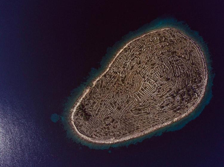 Từ trên cao nhìn xuống, hòn đảo trông không khác gì một dấu vân tay khổng lồ