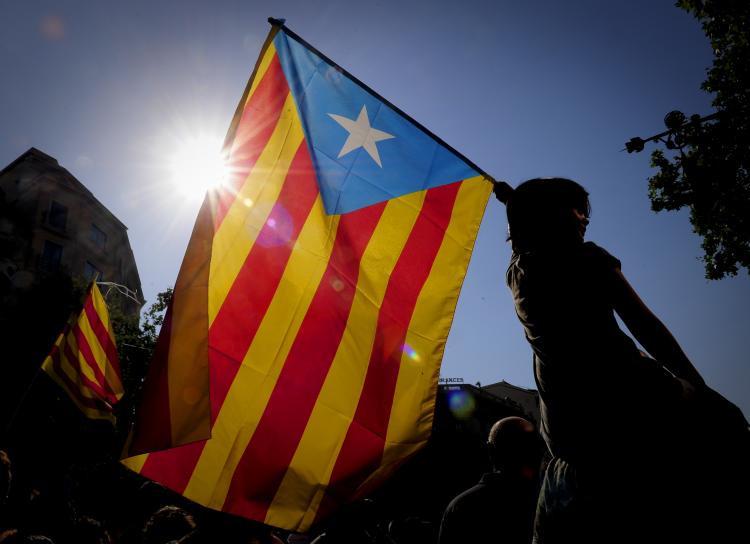 Theo hiến pháp Tây ban Nha, xứ Catalan có chính phủ riêng