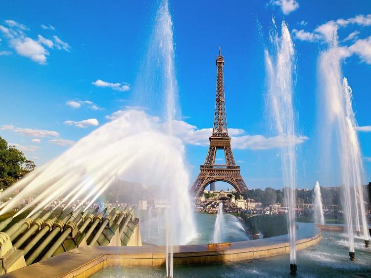 Tháp Eiffel vẫn giữ nguyên các thang máy của thời kỳ 1889.