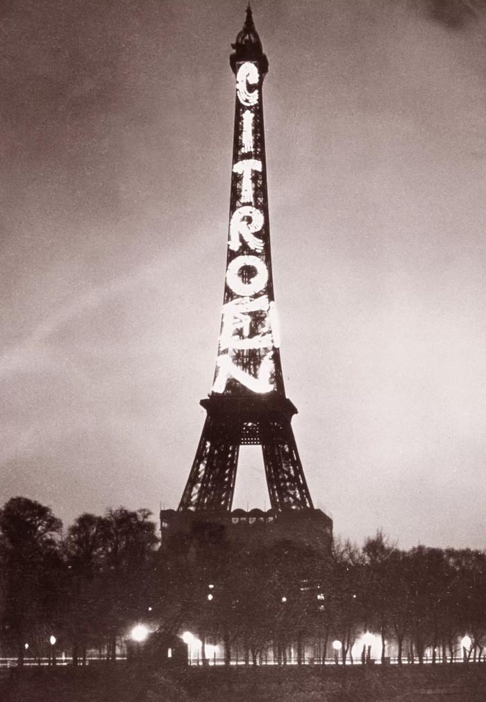 Cuối những năm 1920 và đầu những năm 1930, tháp Eiffel trở thành biển quảng cáo