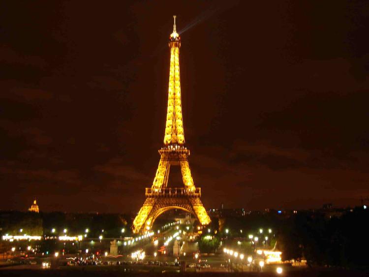 Năm 1889, tờ báo Pháp Le Figaro đã trưng bày một máy in trên tầng hai của tháp Eiffel.