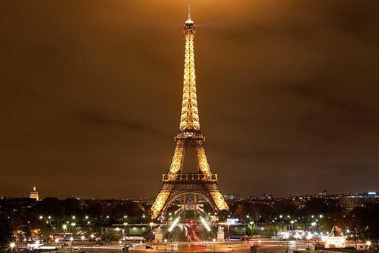 Quá trình xây dựng tháp Eiffel diễn ra trong hai năm, hai tháng và 5 ngày.