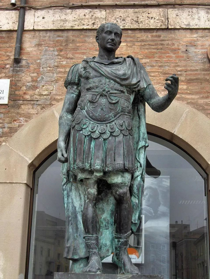 Tượng Ceasar đặt ở Rimini, nước Ý ngày nay.